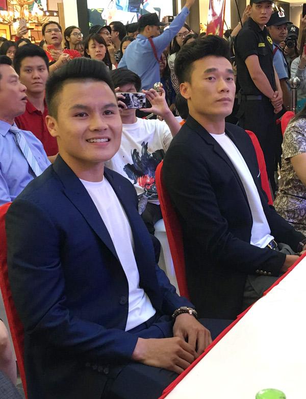 Quang Hải và Bùi Tiến Dũng ăn mặc bảnh bao dự lễ ký kết hợp đồng làm đại sứ thương hiệu cho một tập đoàn và giao lưu với khán giả.