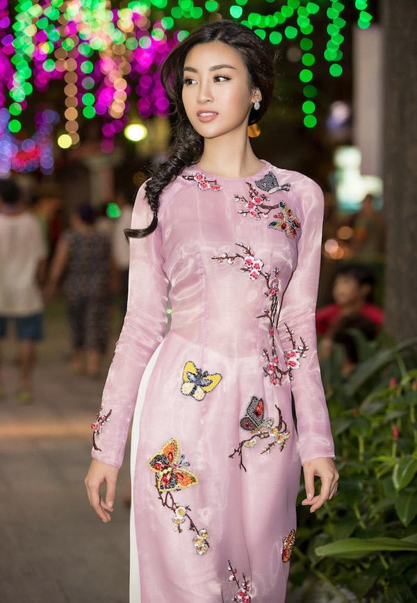 Trang phục của Đỗ Mỹ Linh được thêu họa tiết thủ công, đính hạt cầu kỳ.