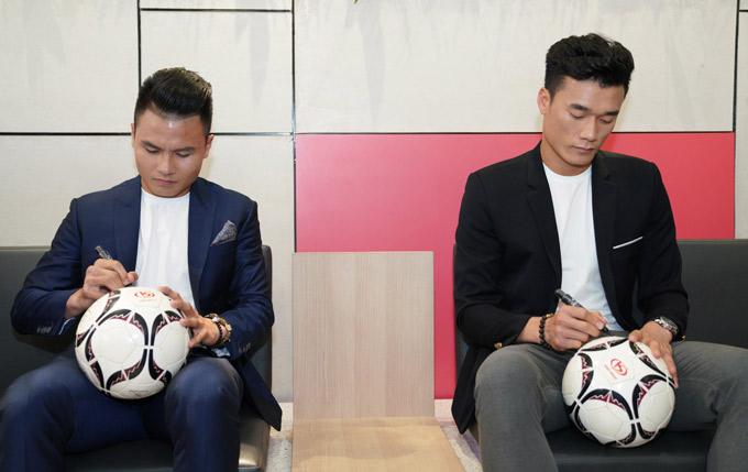 Quang Hải và Bùi Tiến Dũng ký tên lên những quả bóng tặng khách mời và khán giả dự sự kiện ở TP HCM.