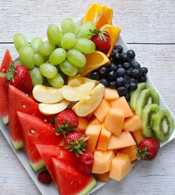 Ngoài ra, cô cũng ăn rất nhiều trái cây tươi, uống nhiều nước và nói không với đường.