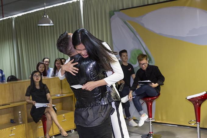 Khoảnh khắc xúc động lúc hội ngộ giữa Adam và Kim Dung. Từng là thí sinh dừng chân khá sớm tạimùa 5, giờ đây, khi gặp lại Adam, Kim Dung đã là quán quân Vietnams Next Top Model mùa All Stars.
