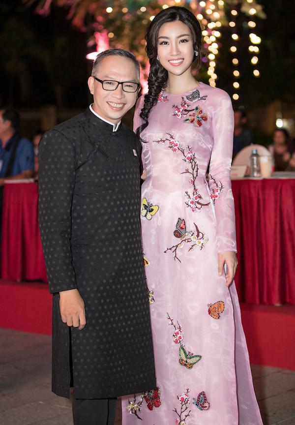Nhiếp ảnh gia Phạm Hoài Nam mặc áo dài lên ghế nóng cùng hoa hậu.