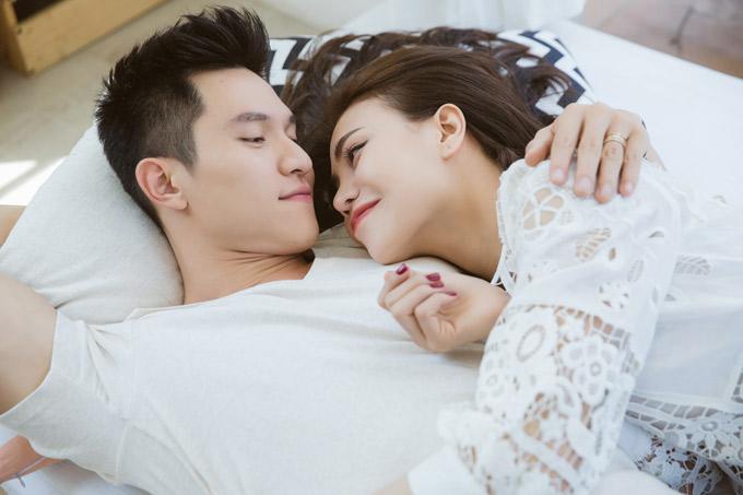 Chàng diễn viên và Trà Ngọc Hằng có những cảnh nằm ôm ấp nhau như đôi tình nhân hạnh phúc.