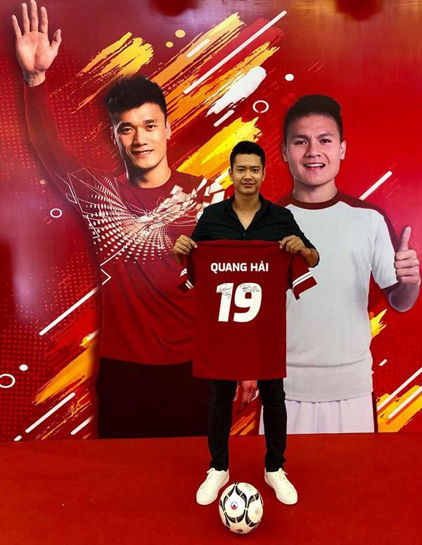 Đức Vĩnh còn nhận được cả áo có chữ ký của hai cầu thủ.