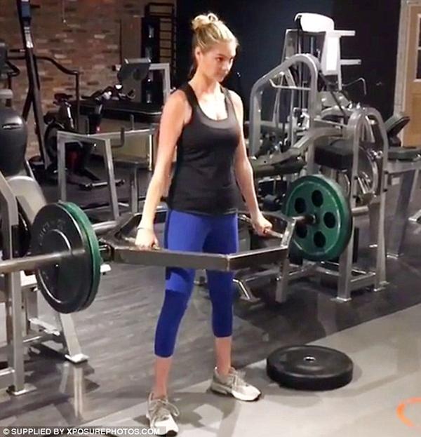 Kate thường xuyên tập với tạ để làm săn chắc cơ bắp. Cô cũng rất thích các bài tập vận động toàn thân như đạp xe, bơi lội...