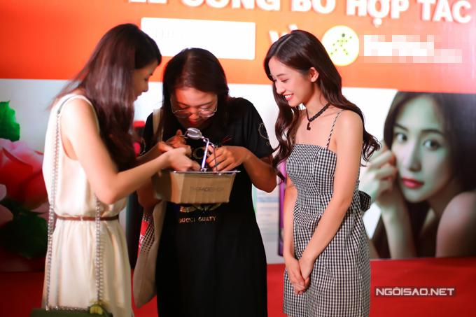 Jun Vũ hỗ trợ các khách mời thử sức với trò chơi trang điểm trong vòng 5 phút và đưa ra những gợi ý thú vị về việc mua sắm mỹ phẩm online.