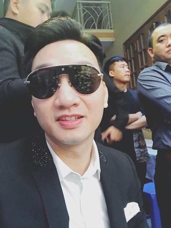 MC Thành Trung, một người anh thân thiết của Khắc Việt cũng thức dậy sớm để đi xin dâu cùng chàng ca sĩ.