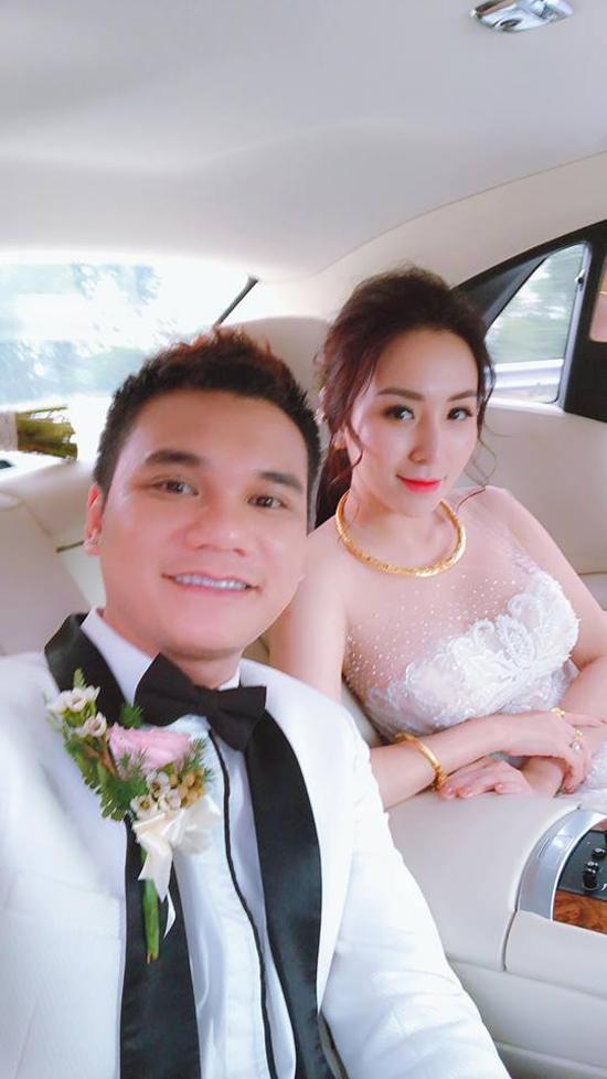 Trên trang cá nhân, DJ Thanh Thảo cũng chia sẻ khoảnh khắc hai vợ chồng cùng ngôi xe hoa về Yên Bái.