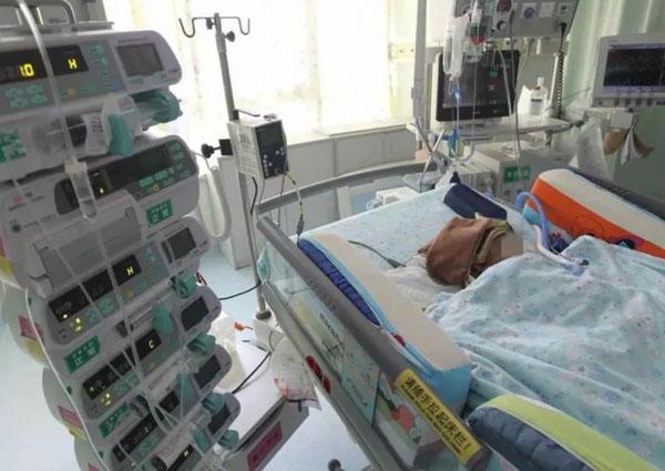 Em bé hiện chưa rõ bao giờ mới tỉnh lại. Ảnh: China Daily