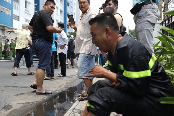 Anh ngồi đókhông kêu la để mọi người tập trung xử lý đám cháy.