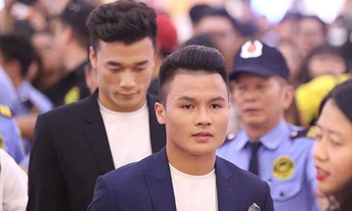 Tiến Dũng, Quang Hải gây 'náo loạn' trung tâm thương mại ở TP HCM