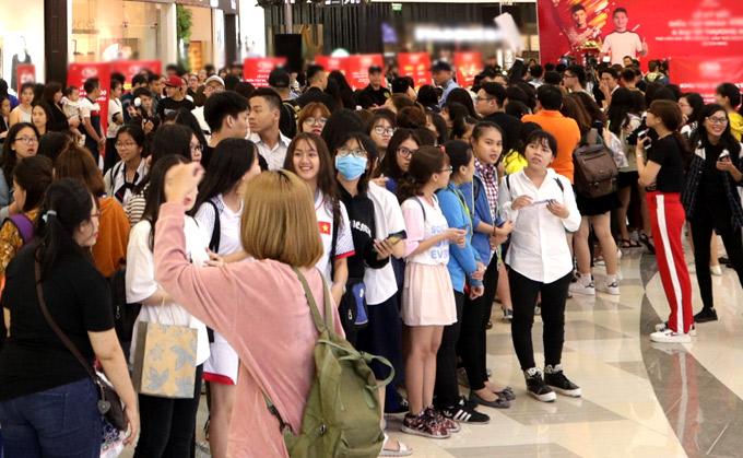 Fan chen chúc xếp hàng chờ gặp tiền vệ người Hà Nội và thủ môn đội Thanh Hóa.