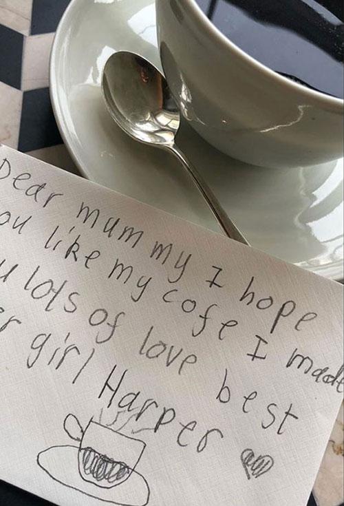 Harper pha cafe và viết rất nhắn ngọt ngào gửi mẹ vào buổi sáng