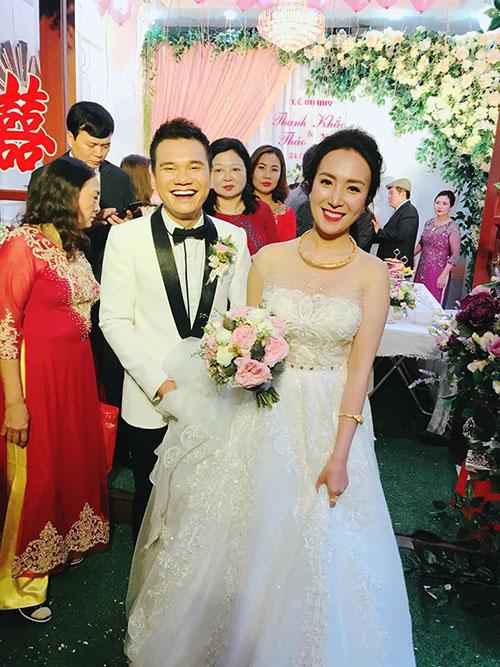 MC Thành Trung tác nghiệp tại đám cưới của người em thân thiết trong nghề - ca sĩ Khắc Việt. Anh viết: Vậy là em tôi đã lên đường nhập ngũ.Dậy từ 5h sáng để đi đón dâu cùng ông em và bây giờ đưa nhau về Yên Bái nào.
