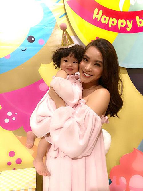 Mai mẹ con Hải Băng diện váyđôi màu hồng nhạt. Bé Kem vừa được bố mẹ tổ chức tiệc sinh nhật cách đây ít ngày.