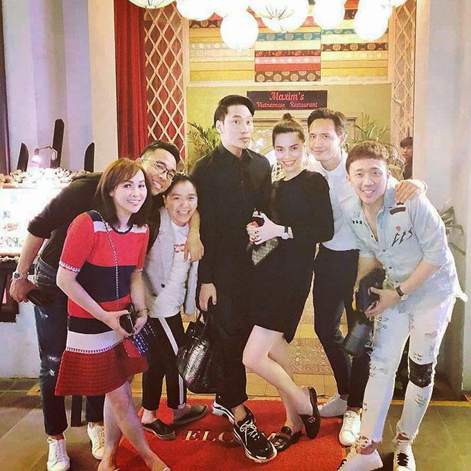 Hà Hồ, Kim Lý, Trấn Thành, nhà thiết kế Lý Quí Khánh cùng nhạc sĩ Nguyễn Hồng Thuận hội ngộ trong một sự kiện.