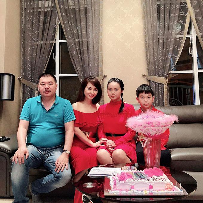 Thu Hương đăng ảnh gia đình nhân ngày sinh nhật tuổi 15 của con gái lớn. Nhan sắc của người đẹp một thời ngày càng thay đổi, khiến nhiều người không nhận ra cô.