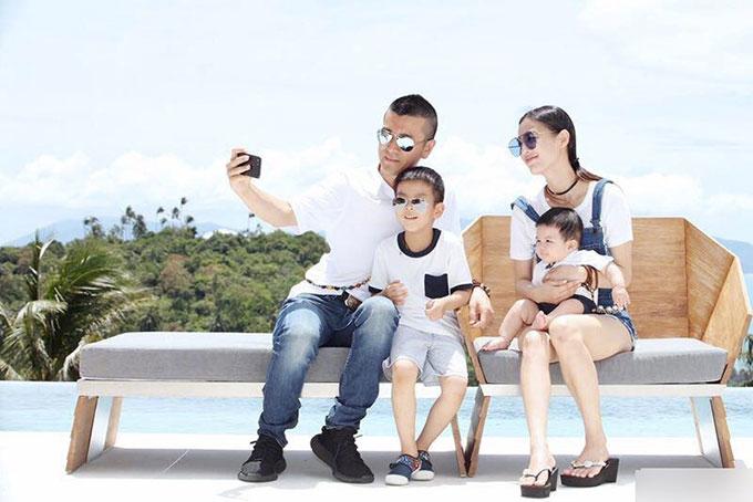 Huỳnh Thánh Y đã có hai cậu con trai 6 tuổi và 1 tuổi với ông xã Dương Tử. Từ khi kết hôn, mỹ nhân Tuyệt đỉnh kungfu đã rời xa màn ảnh để chăm sóc gia đình.