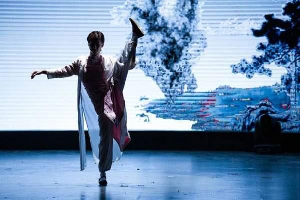 Trong chương trình, nữ diễn viên 35 tuổi còn biểu diễn một màn võ thuật.