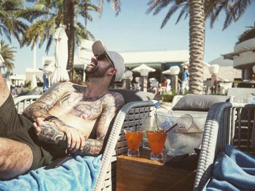 Danny Ings cười sảng khoái trên bãi biển Dubai. Các cầu thủ Liverpool có một tuần nghỉ ngơi trước khi trở lại Premier League.