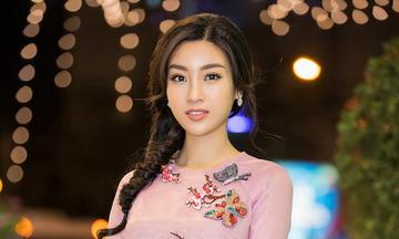 Hoa hậu Đỗ Mỹ Linh duyên dáng đi chấm thi