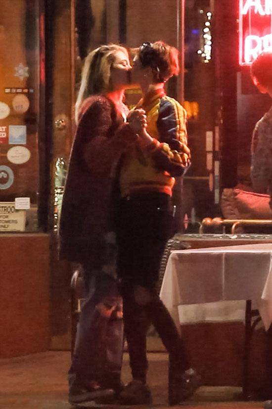 Hai cô gái vừa khóa môi vừa khiêu vũ trước cửa nhà hàng.