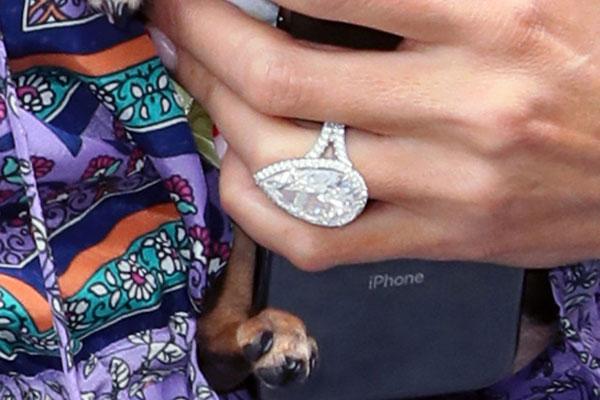 Chiếc nhẫn đã văng khỏi tay Paris trong lúc cô khiêu vũ.