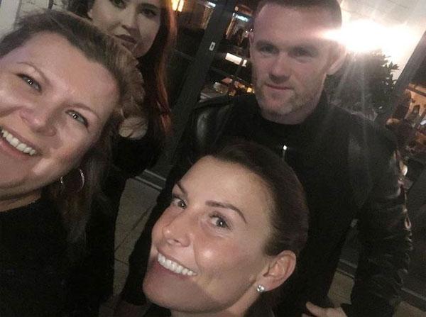 Vợ chồng Rooney selfie với người hâm mộ trên phố.