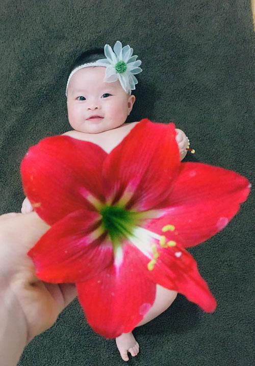 Chị Sáng cho hay, Boo tỏ ra thích thú mỗi lần mẹ cho xem hoa, quả hay những đồ có màu sắc.