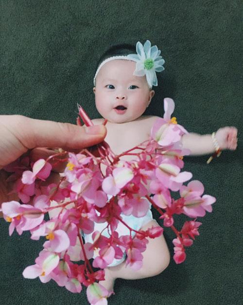 Chỉ bằng cách thay đổi vị trí các chùm hoa, chiếc lá của mẹ, Bơ đã có những chiếc váy độc đáo.