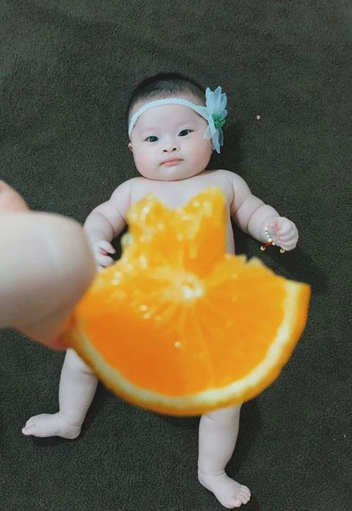 Bé Boo mới hơn 4 tháng tuổi nhưng đã được mẹ Sáng dành tặng bộ sưu tập những chiếc váy độc đáo làm từ hoa, củ quả và rau.