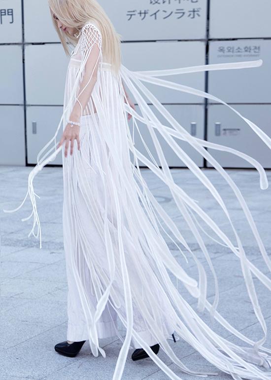 Để giúp mình tạo được dấu ấn riêng khi xuất hiện tại Seoul Fashion Week Fung La cùng ê-kíp của mình đã chuẩn bị khá chu đáo về trang phục, phụ kiện. Ngay buổi sáng đầu tiên có mặt tại sự kiện này, người mẫu đã giúp mình thu hút mọi ánh nhìn nhờ chiếc sơ mi biến tấu ấn tượng của nhà thiết kế Nguyễn Hoàng Tú.