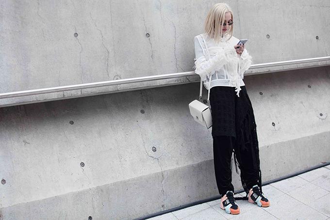 Trang phục len và áo trong suốt được mix-match một cách phá cách, phụ kiện đi kèm là túi hộp vuông và giầy sneaker. Fung La cho biết, các bạn trẻ đến từ Nhật Bản rất thích set đồ của mình, họ còn tặng quà cho cô vì ngưỡng mộ fashionista đến từ Việt Nam.