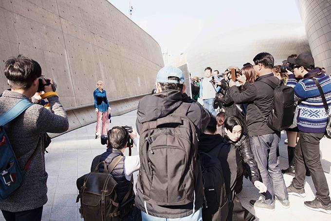 Các phóng viên và nhiếp ảnh đến từ Nhật Bản và Hàn Quốc đều thích cách phối trang phục của Fung La và họ đã chụp ảnh khá nhiều.