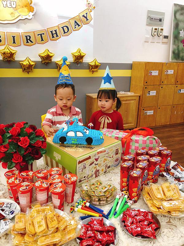 Khánh Ly chuẩn bị cho con trai chiếc bánh kem hình chiếc ôtô cùng nhiều bánh kẹo để liên hoan cùng các bạn.