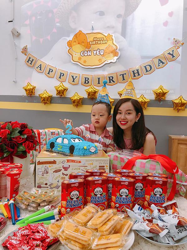 Hôm 23/3, Khánh Ly tổ chức sinh nhật hai tuổi cho con trai Khoai Tây ngay tại lớp học ở một trường mầm non ở Hà Nội.