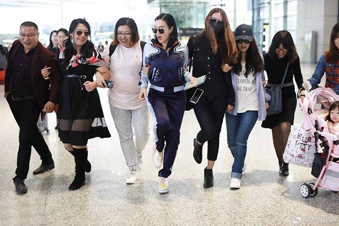 Ngôi sao Hoa ngữ gốc Việt vui vẻ khoác tay đi cùng các fan.