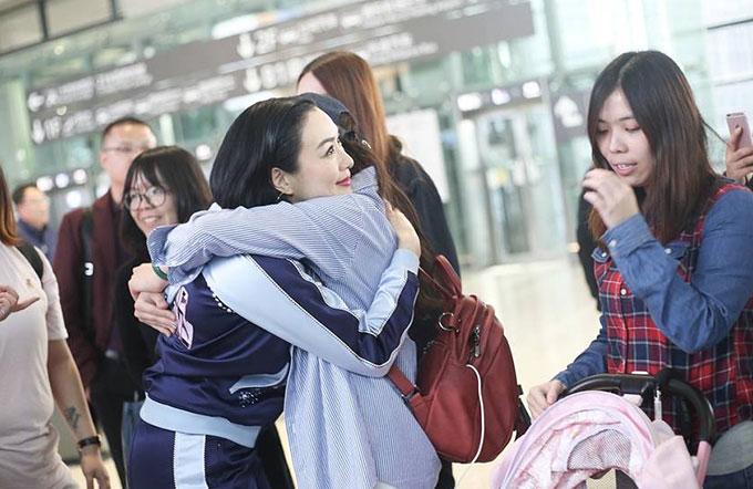 Hôm thứ 7 (24/3), một nhóm bạn trẻ bắt gặp Chung Lệ Đề ở sân bay Thượng Hải liền chạy tới vây quanh cô.