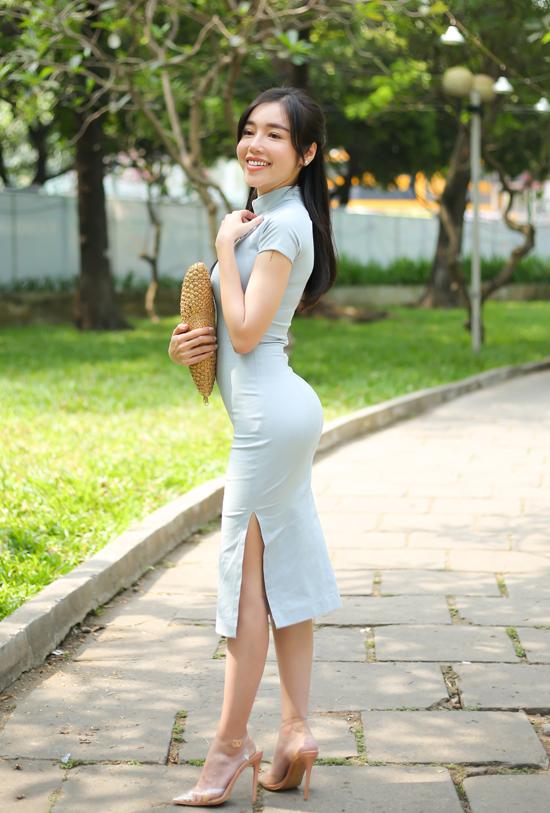 Sáng 25/3, Elly Trần diện váy bó sát, khoe đường cong gợi cảm khi đến dự buổi giao lưu tại Hội sách TP HCM 2018. Hot girl là một trong những tác giả tham gia viết cuốn sách 1987.