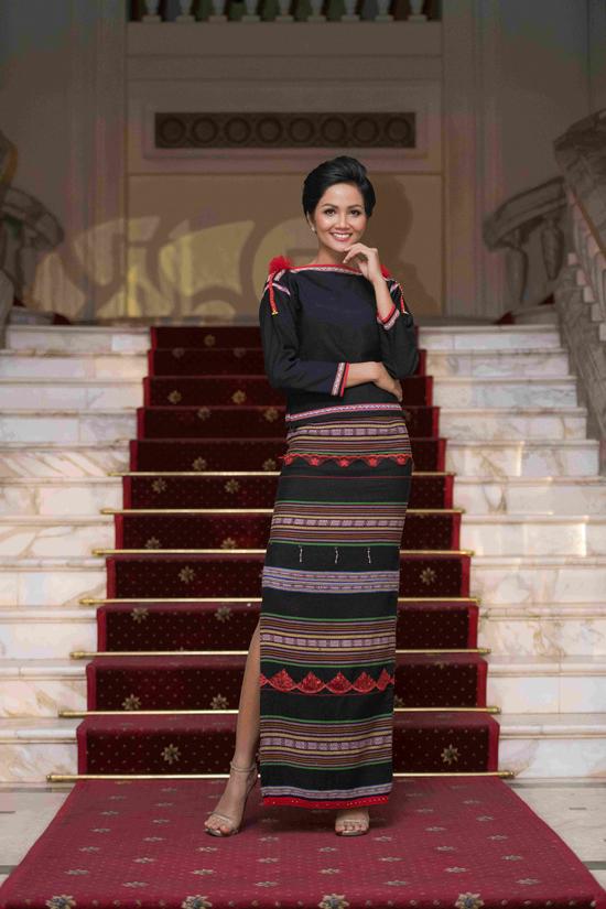 Hoa hậu HHen Niê và Á hậu Thuỵ Vân tuyên truyền về Giờ trái đất