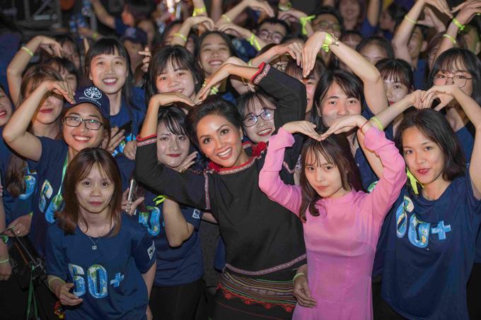 Hoa hậu HHen Niê và Á hậu Thuỵ Vân tuyên truyền về Giờ trái đất - 2
