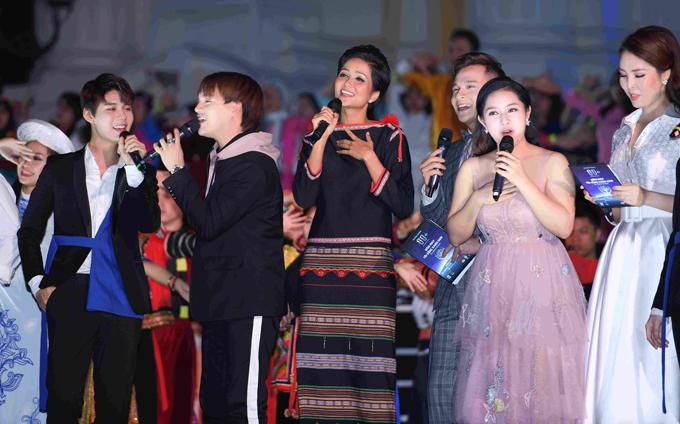 Hoa hậu HHen Niê và Á hậu Thuỵ Vân tuyên truyền về Giờ trái đất - 3