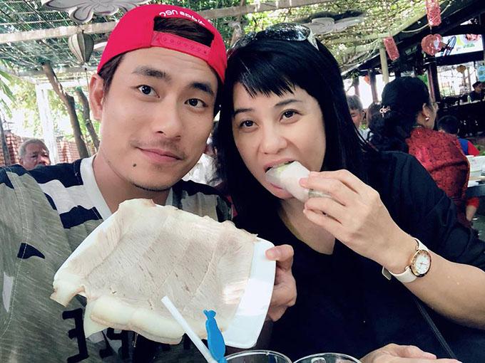 Kiều Minh Tuấn và Cát Phượng đi ăn bánh tráng cuốn thịt heo ở quán nổi tiếng nhất nhìĐà Nẵng.
