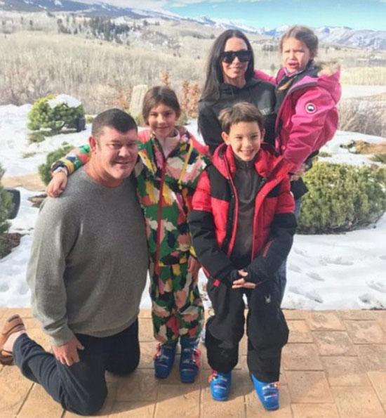 Tỷ phú bên vợ cũ và các con trong kỳ nghỉ Giáng sinh 2017.