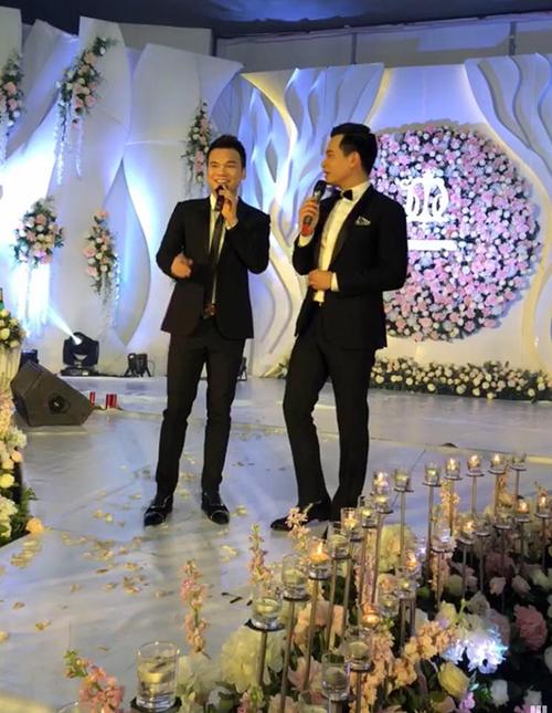 Ca sĩ Khắc Việt và MC Danh Tùng xuất hiện trong tiệc cưới.