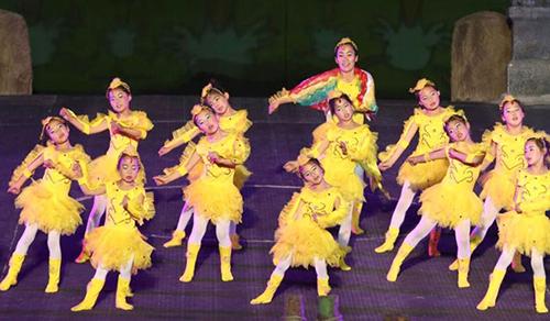 Đội văn nghệ của ngôi trường làng này từng gây ấn tượng mạnh khi tham gia biểu diễn trên truyền hình.