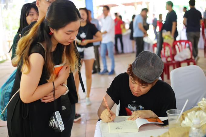 Không ít khán giả xếp hàng để xin chữ ký của nhạc sĩ Phạm Toàn Thắng.