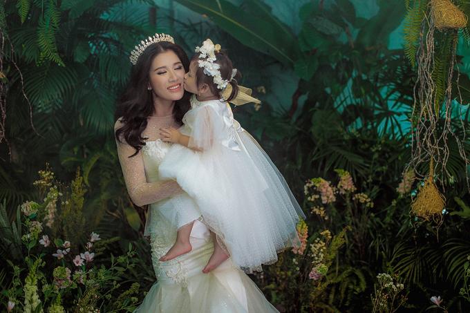 Trng khi Trang Trần làm cô dâu gợi cảm, bé Kiến Lửa lại như một thiên thần nhỏ với bộ váy công chúa đáng yêu.