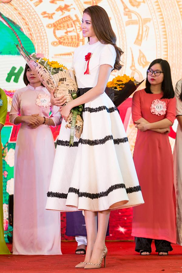 Phạm Hương với hình ảnh thanh lịch va duyên dáng trong thiết kế váy xoè cổ điển của Lê Thanh Hoà tại Lễ hội giao lưu văn hoá Việt - Nhật nhân kỷ niệm 45 năm ngoại giao giữa hai nước.