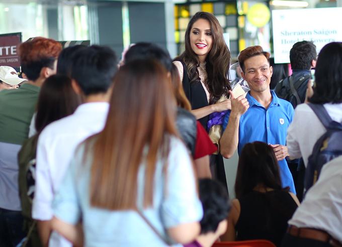Hoa hậu chuyển giới Brazil 2017 xuất hiện tại sân bay Tân Sơn Nhất hôm 25/3. Cô bất ngờ khi thấy nhiều khán giả chào đón mình.
